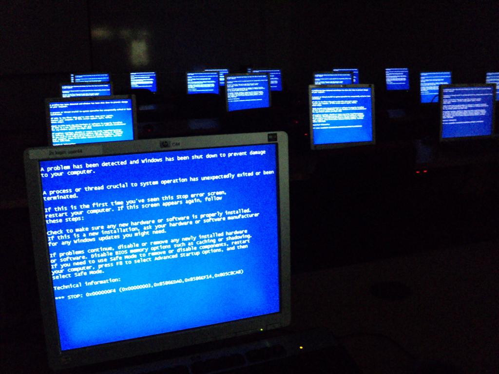 Windows_Blue_Screen_on_room_full_of_computers